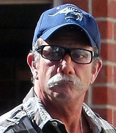梅尔·吉布森戴黑框眼镜乔装只为躲狗仔