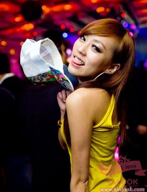 夜店文化也就此衍生出来,美女更是夜店文华中不可缺少的一环,堪称重中